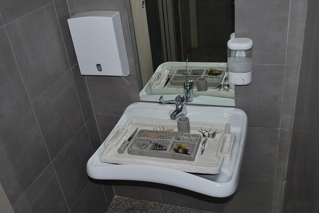 "ANNA SOLAL ""Lunch Tray"", 2015 - Mirror, argille, plastic, metal"